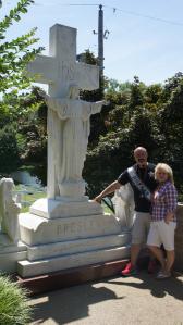 Dit beeld stond bij Elvis zijn moeders graf.