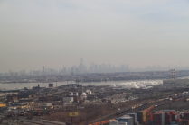 Op de achtergrond de skyline van New York