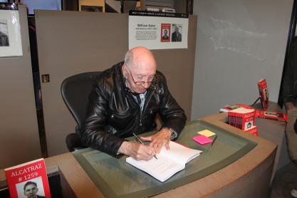 William Baker signeert mijn boek
